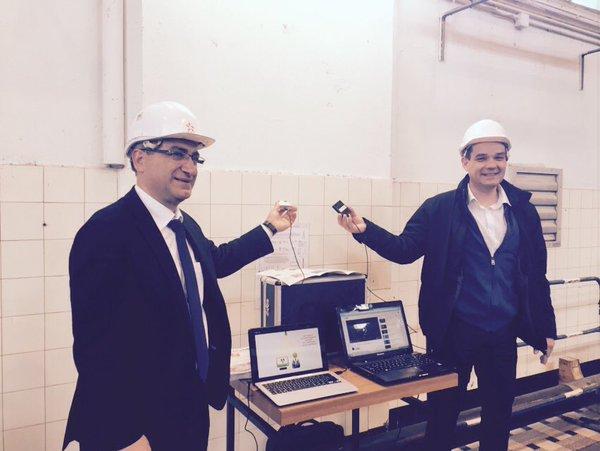 Christan Missirian, directeur EDF Commerce Rhône Alpe est aux côtés de Denis Marsault pour la démonstration internet Haut-Débit.